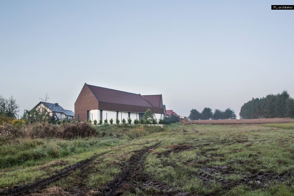 nowoczesna stodoła pokryta płytą falistą
